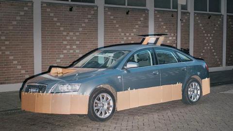 Фотограф въоръжен с парчета картон и хартиено тиксо пимпва коли наред